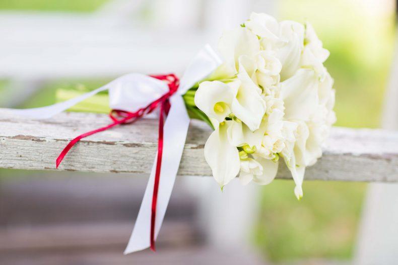 Decentní a jemná kytice z bílých kal