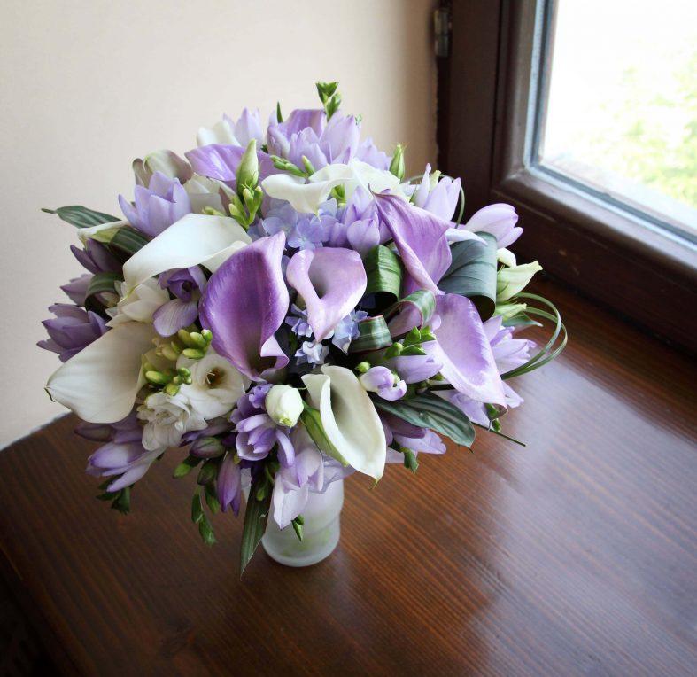 Fialovo-bílá svatební kytice z kal a tulipánů