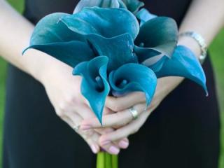 Jednoduchá svatební kytice z modrých kal