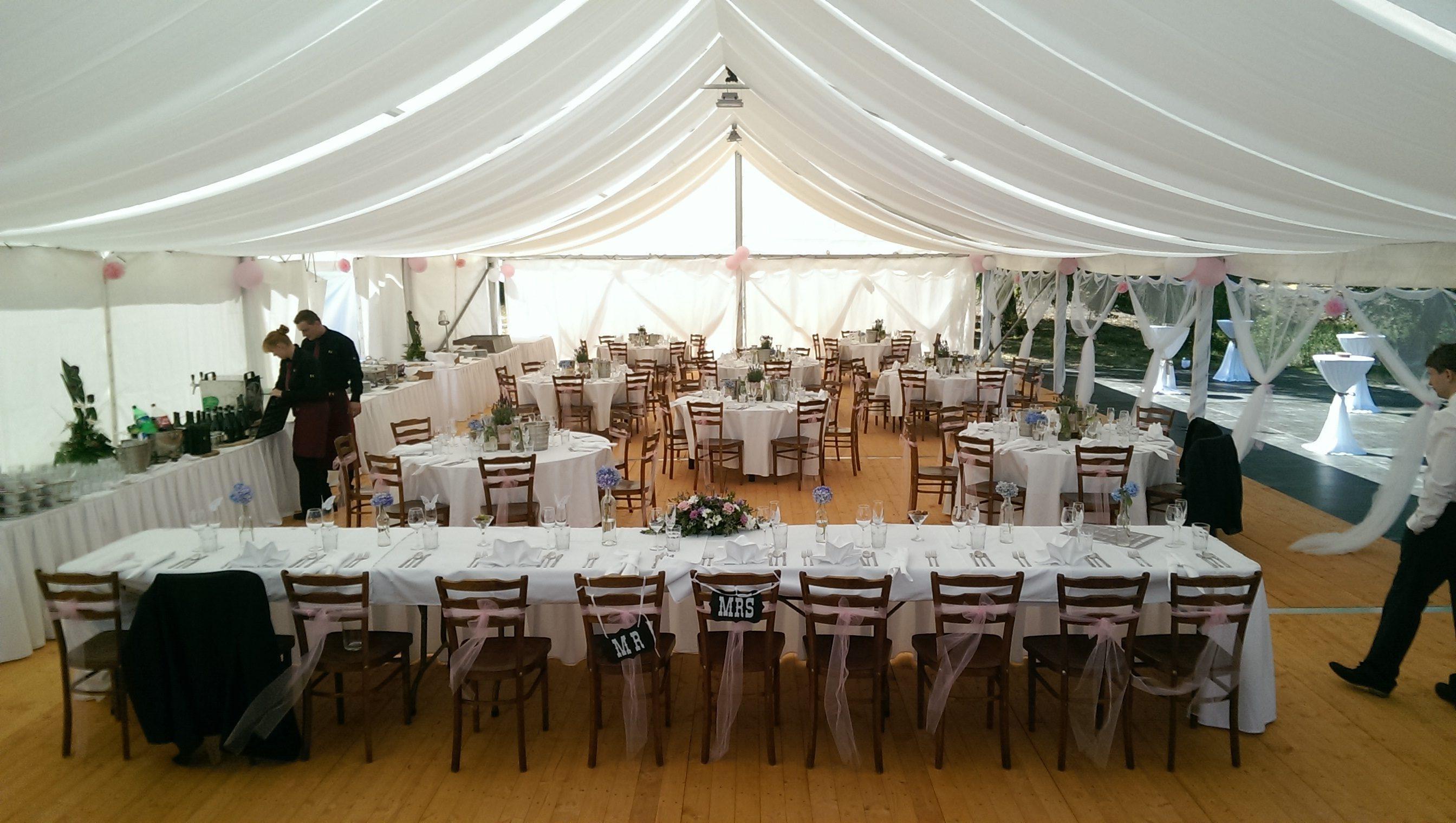Stavební stan při svatební hostině