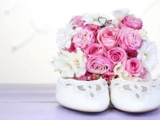 Svatební střevíce se svatební kyticí z růží