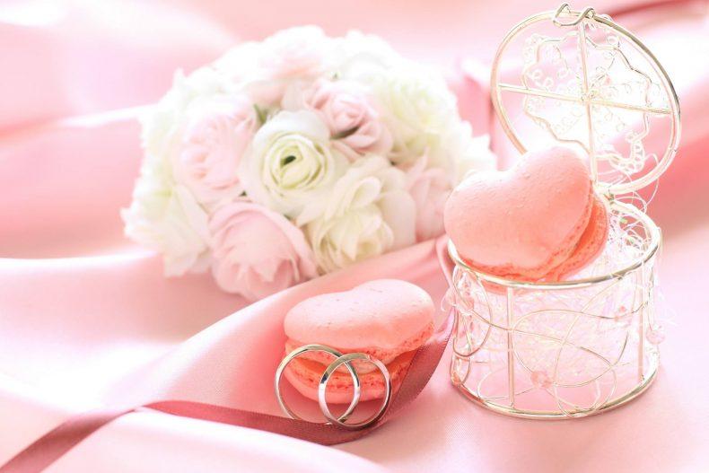 Světle růžové makronky a kytice růží