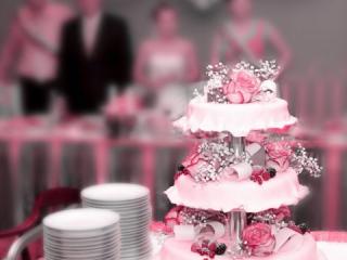 Světle růžový patrový dort