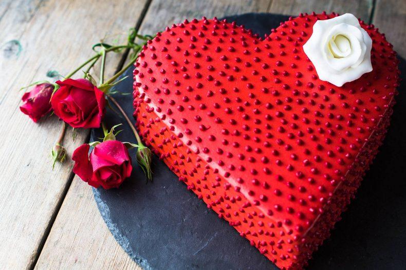 Tmavě rudý svatební dort ve tvaru srdce