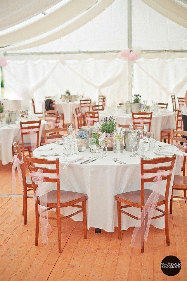 Vyberte si z nabídky dodavatelů svatebních šatů ve vašem okolí: šaty pro nevěsty, pro těhotné matky i pro družičky.