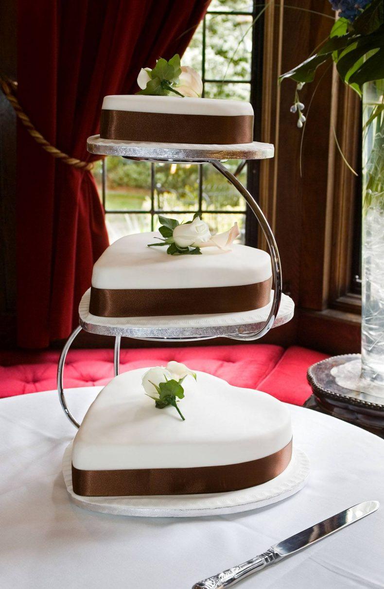 Tři bílo-hnědé svatební dorty