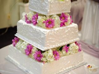 Třípatrový svatební dort zdobený květinami
