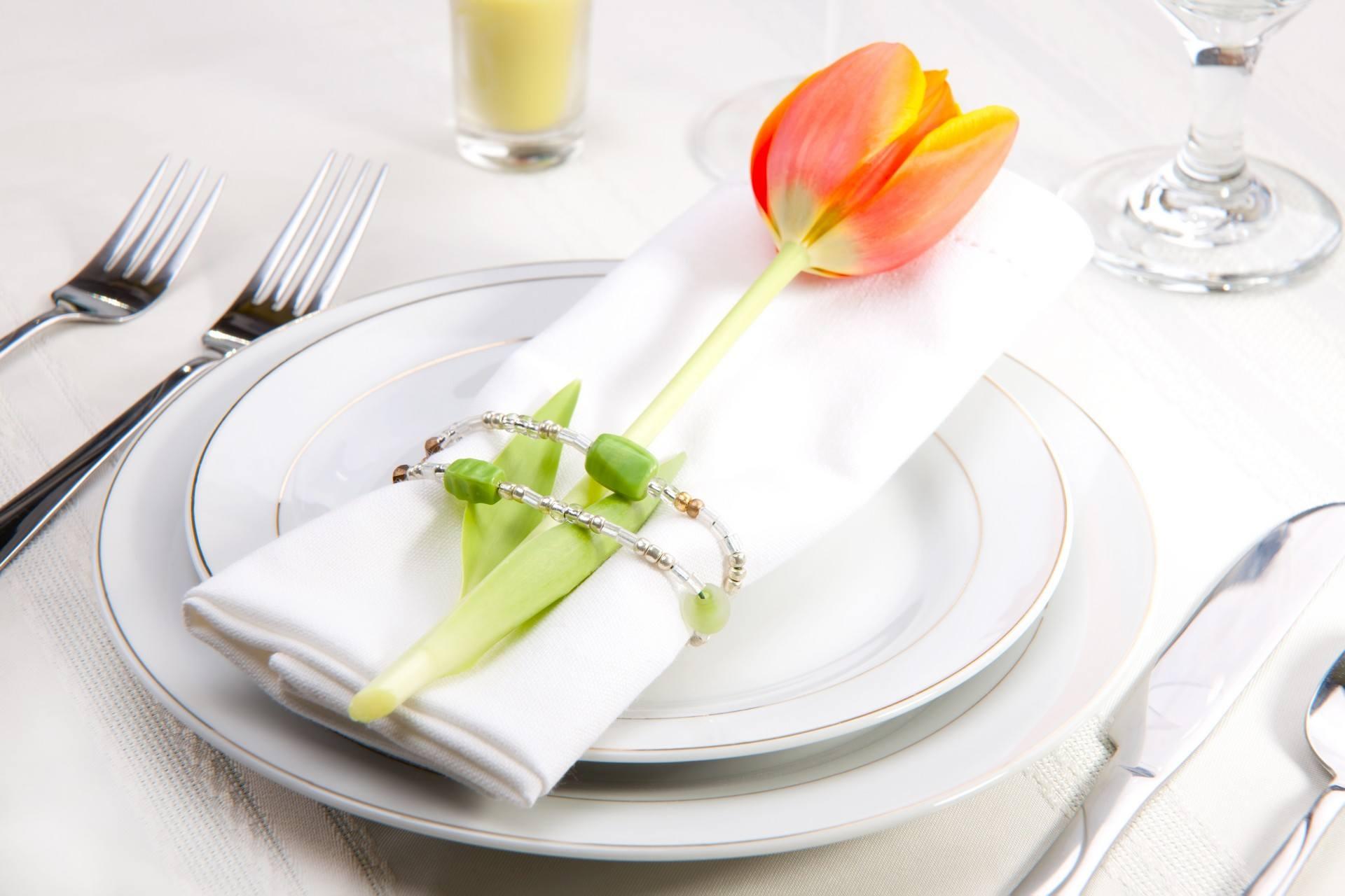 Oranžový tulipán - součást dekorace svatebního ubrousku