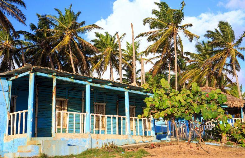 Typická dominikánská architektura plážových obydlí
