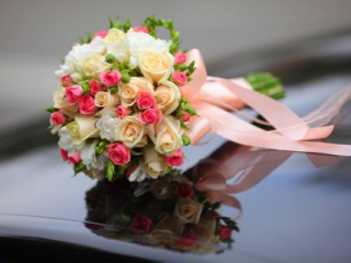 Vázaná kulatá svatební kytice z barevných růží