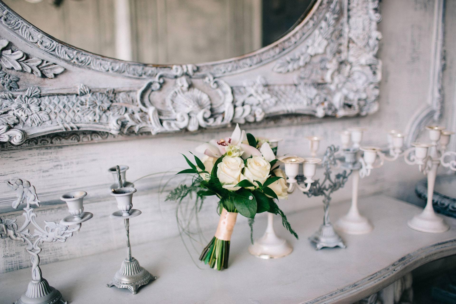 Vázaná svatební kytice z růží a orchidejí