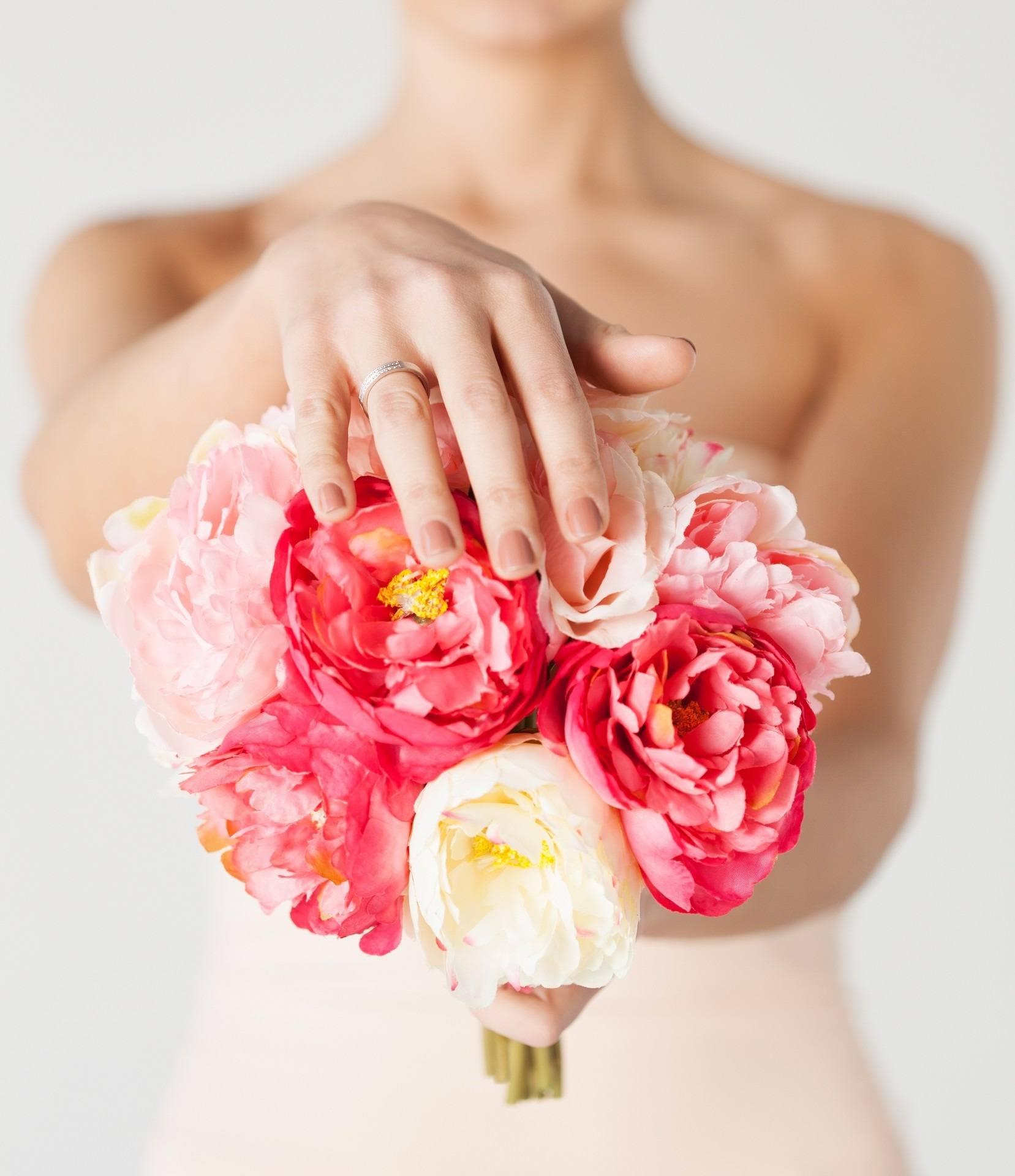 Kytice z velkých květů růžových a bílých pivoněk