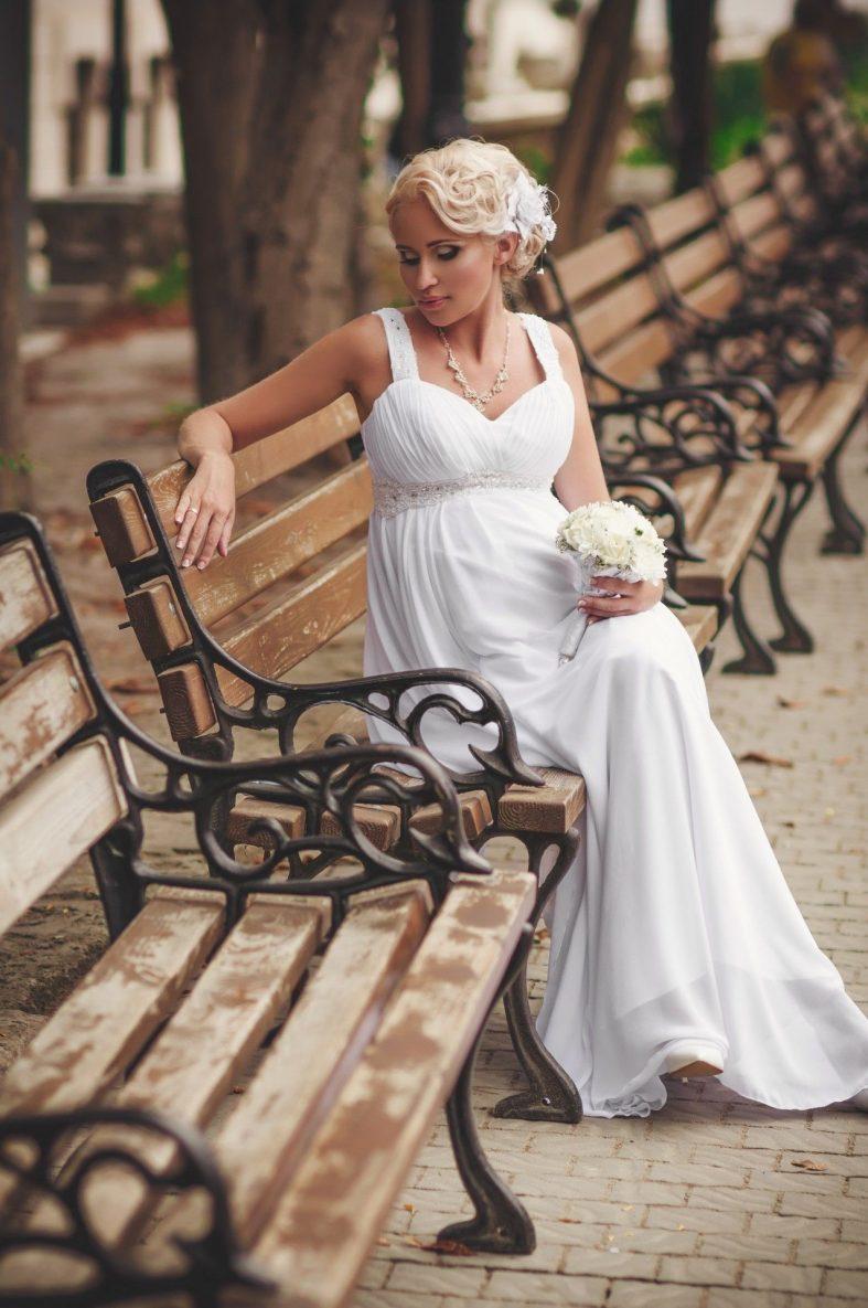 57ca0590bd9 Těhotné nevěsty by měly dbát především na pocit co nejvyššího pohodlí. Sdílejte  článek s přáteli. Svatební šaty pro těhotné