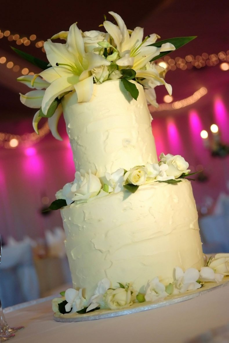 Vysoký patrový dort zdobený liliemi