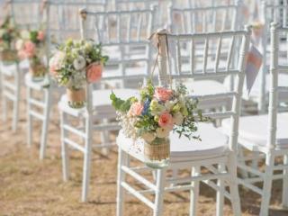 Dekorované židle na zahradní svatbě