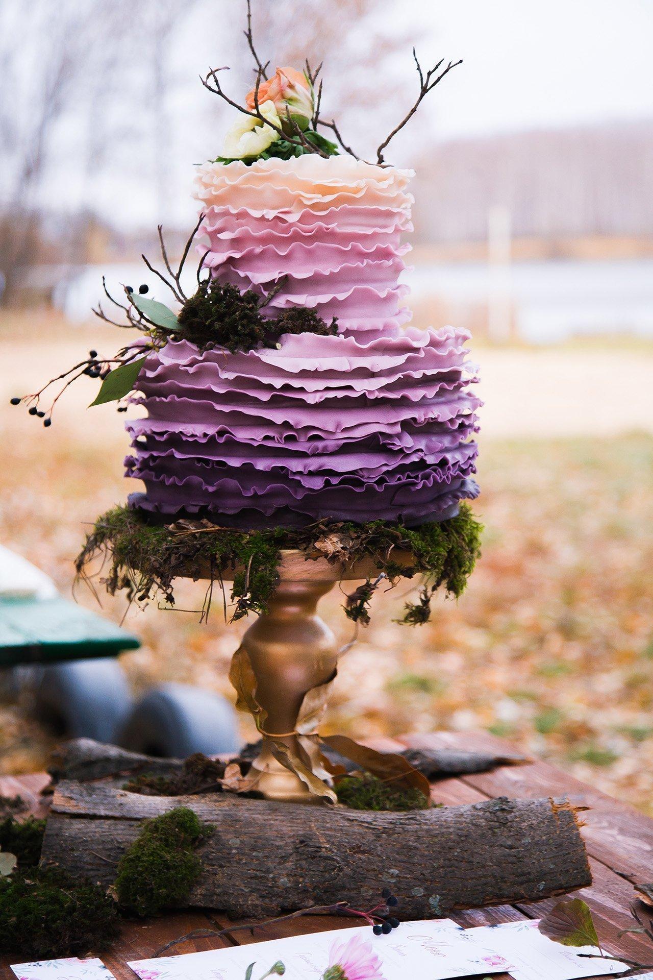 Zajímavý patrový svatební dort s větvemi
