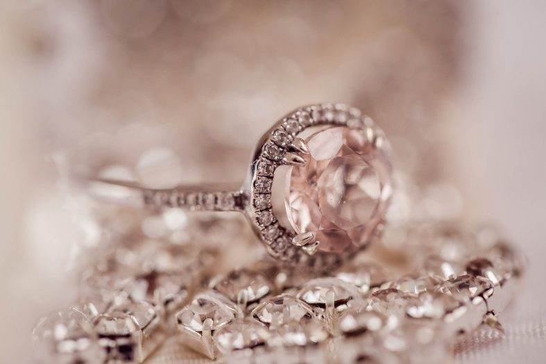 Zásnubní prsten se světle růžovým briliantem