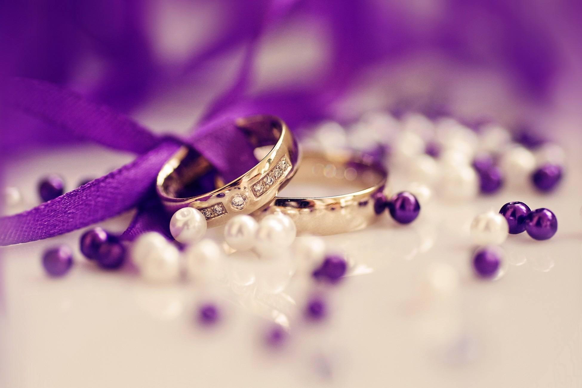 Zlaté prsteny dekorované fialovou stužkou
