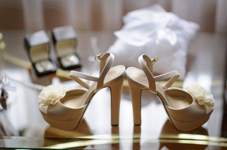 Zlaté svatební boty na vysokém podpatku