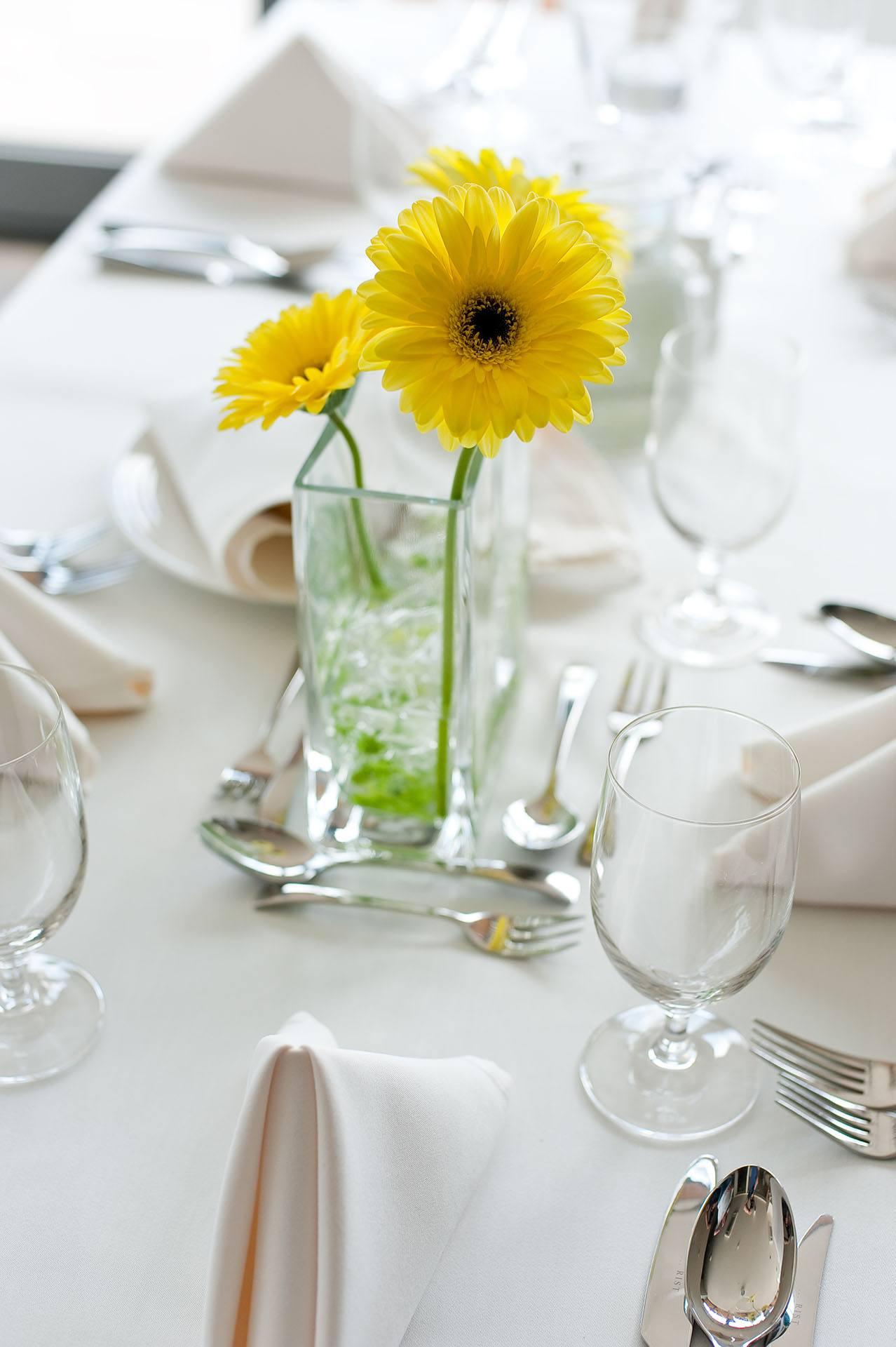 Žluté gerbery jako dekorace svatební tabule