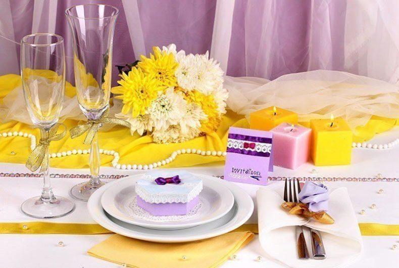 Žluto-fialová dekorace svatební tabule